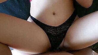 encontré a mi hermanastra viendo porno y me invito a follar